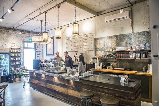 کافه ای در تورنتو که گل فروشی دارد