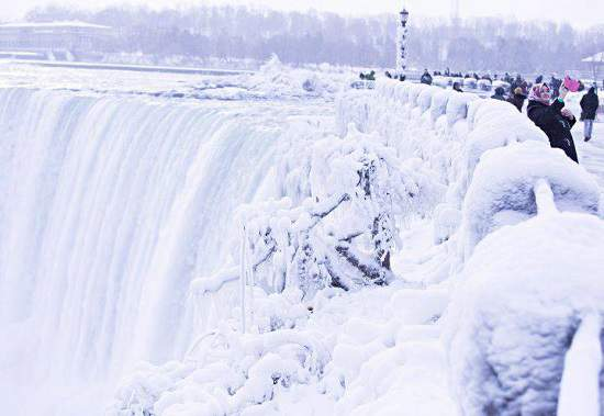 بخش هایی از آبشار نیاگارا در آغاز سال نو منجمد شد